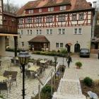 Foto zu Hotel Waldgasthof Wildbad: Restaurant, Gastgarten & Teil des neuen Treppenaufgangs