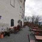 Foto zu Restaurant Schlosskeller: Eingangsbereich mit Biergarten