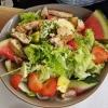 28.06.21. Fitnessteller Großer Salatteller mit Salaten der Saison, darauf frische Früchte & eine gegrillte Hähnchenbrust - in Streifen geschnitten