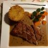 Pfefferlendchen – Schweinefilet im Ganzen gebraten mit roten Pfefferbeeren, Kartoffelplätzchen und Salaten der Saison