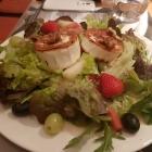 Ziegenkäse gebraten auf Salat der Saison