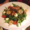 Insalata ai Gamberoni Gemischte Blattsalate mit Rucola, Cherrytomaten, Mozzarellakugeln, Paprika vom Grill und in Knoblauchöl gebratenen Garnelen