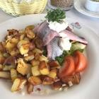 Foto zu Hotel & Restaurant Neumann's Nauticus: Matjes mit Bratkartoffeln