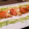 Hausgebeizter Lachs mit marinierten Gurken und Kartoffelchips