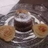 Schokokuchen mit flüssigem Kern und karamellisierten Birnenspalten