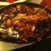 Rindfleisch mit Bambus, Paprika, Sojabohnen und Champignons auf gusseiserner Platte – scharf
