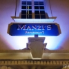Restauranteingang mit neuem Namen