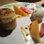 Foto zu Robichon: Gebratene Ananas (unter der Kokos-Crème-Brulée) mit Pina-Colada-Sorbet