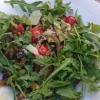 Tagliatelle unter Gemüse und Rucola