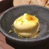 Butter mit karamellisiertem Zucker und Limettenabrieb
