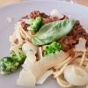 Spaghetti mit Reh-Bolognese, Borretanezwiebeln und frischem Brokkoli