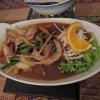 Gebratenes Schweinefleisch mit Chili, Bohnen, Zwiebeln und Thai-Basilikum