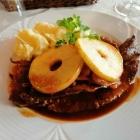 Foto zu Zur Weinpump: Rinderleber Berliner Art mit gedünsteten Zwiebeln, Kartoffelpüree u. gegarten Apfelscheiben