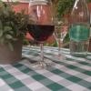 Tisch mit Wein und Wasser