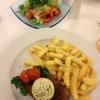 Rumpsteak medium mit Kräuterbutter, Pommes und Salat (14,90€