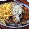 Mikinos Piatela mit Suflaki, Suzuki, Lammkotletts, Steak, Leber, Gyros mit gemischten Salat und Reis sowie Pommes Frites als Beilage für vier Personen