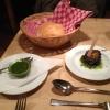 Weißbrot mit Basilikum-Pesto und eingelegter/gebratener Aubergine.