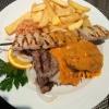 Grillteller bestand aus Lammkotelett, Schweinelendenspieß,  Steak und Gyros, wiederum mit Pommes, Reis und Salat   (14,50€).