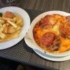 Zzukakia eine gebratene Hackspezialität mit frischen Tomaten und mit Mozzarella überbacken auf einer Soße Provence, dazu Pommes, Reis und Salat (11,90 €).