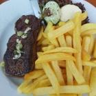Foto zu Schaab-Louis: 09.06.21. 200 gr. Rumpsteak mit Knoblauch, Kräuterbutter u.  Pommes