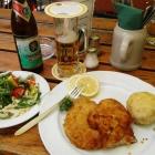 Foto zu Zollhäusl: Wiener Schnitzel vom Kalb mit Semmelködel und Salat