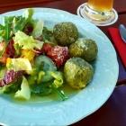 Foto zu Zollhäusl: Spinatknödel mit Salat