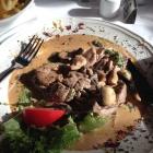 Foto zu Restaurant im Akzent Hotel Bayerischer Hof: Schweinefiletspitzen mit Cognac-Pilzrahmsauce auf Eierspätzle und Salat
