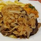 Foto zu Steinmarktklause: Rinderleber vom Grill mit Zwiebeln, Reis und Pommes. und Beilagensalat.