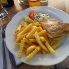 Foto zu Meeresküche Metzner: Kinderteller: Seelachsfilet gebraten; mit Pommes und Remoulade