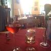 eingedeckter Tisch mit Getränken