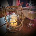 Foto zu Gosch · Alte Bootshalle: Licht am Tisch