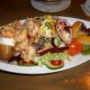 Ofenkartoffel mit Garnelen an Salat