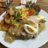 Sauerfleisch mit Speck-Bratkartoffeln, einem halben gekochten Ei, saurer Gurke, etwas Kopfsalat, Tomate, Lauch und Senf.