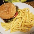 Foto zu Zum Grüß Gott: Chefburger mit Pommes