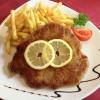 Wiener Schnitzel vom Schwein mit Pommes und Salat (11,95