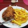 Das Steak mit Röstzwiebeln und Pommes (+ Beilagensalat) für 13,80 Euro