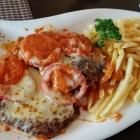 Foto zu Restaurant Sonnenschein: Schnitzel Sonnenschein, mit Tomaten und Mozarella überbacken.