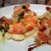 Mit Knoblauch angebratene Riesengarnelen auf lauwarmem Kartoffelsalat