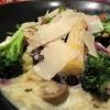 Risoni mit geröstetem Brokkoli, Frühlingslauch und Oliven