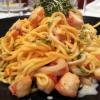 Hausgemachte Tagliolini mit gebratenen Meeresfrüchten in Krustentierfond