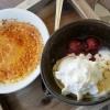 Crème brûlée mit Rumsauerkirschen und Vanilleeis