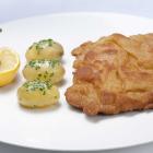 Foto zu Jägerstube: Wiener Schnitzel mit Petersilienkartoffeln  und Preiselbeeren