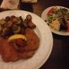 Schnitzel Wiener Art mit Bratkartoffeln und einem kleinen Beilagensalat ( 11,90 €