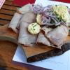 Kalter Schweinebraten auf dem Holzbrettl