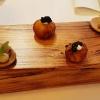 Räucherforellenpraline mit Kaviar. Hamachi, Fenchel, Zitronengel.