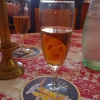 Mineralwasser (durch die Tischdecke gefärbt)