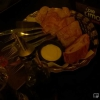 Brotkorb mit Creme auf Mayonnaisebasis und Besteck