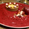 Passionsfrucht - Dessert von Valrhona Passionsfruchtschokolade, Erdbeere und Himbeere