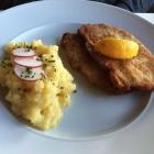 Foto zu Klostergasthof Maria Eck: Paniertes Schweineschnitzel mit Kartoffelsalat