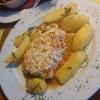 Das Putenschnitzel mit Tomaten/Fetakäsekruste, Rosmarinkartoffeln und Beilagensalat für 12,90 Euro